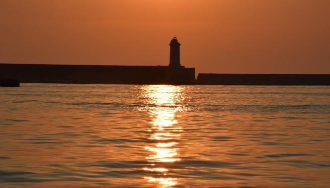 Mare colore ruggine, nel tramonto al Molo Mediceo